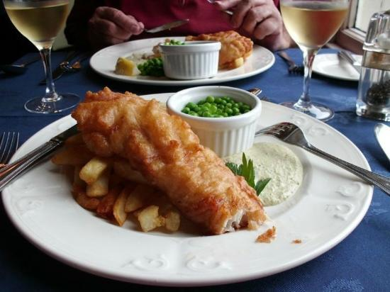 Queens Hotel: Lunch, deep fried Haddock and French fries.