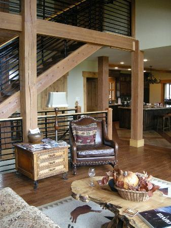 Lone Elk Lodge Bed & Breakfast: Living room/stair