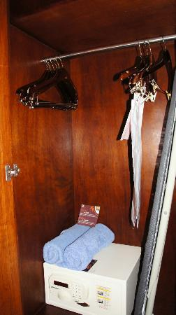 Sheraton Old San Juan Hotel: Closet with Safe