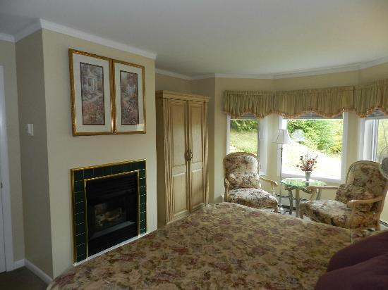 Birch Ridge Inn: Beautifully decorated room (TV behind sliding wall hanging)