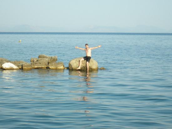Corfu Holiday Palace: Камни на пляже