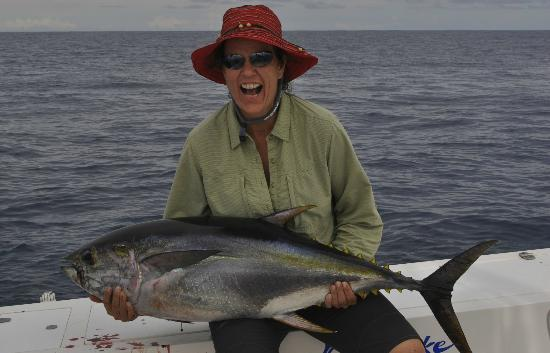 Crocodile Bay Resort: Catching a Tuna and eating it for Dinner!!