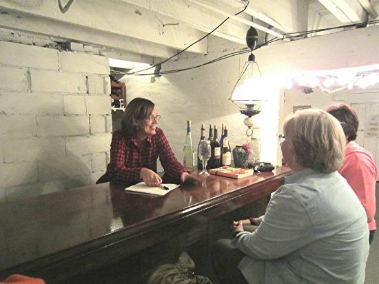 Old Jail Inn-Parke County: Winery bar