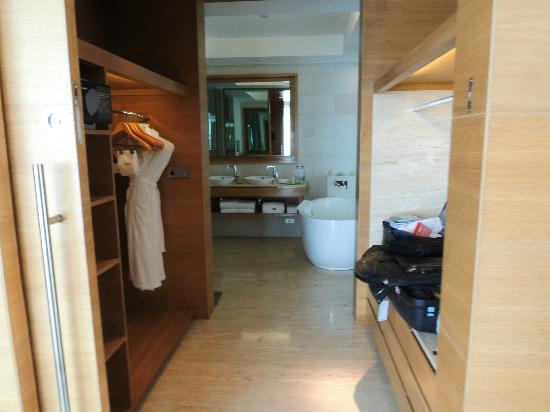 The Westin Mumbai Garden City: Wardrobe and bathroom