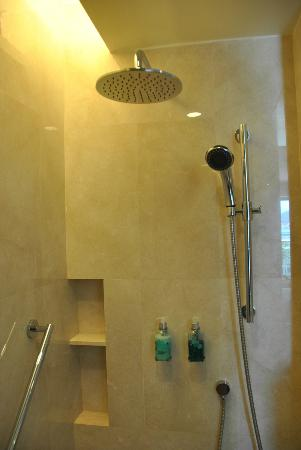 Amari Hua Hin: Shower room