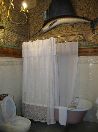 Chateau Tivoli Bed & Breakfast: Private Bathroom