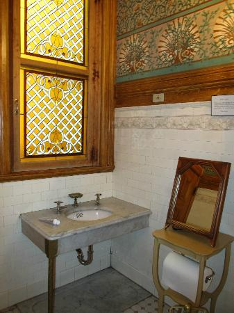 Chateau Tivoli Bed & Breakfast: Quaint little bathroom