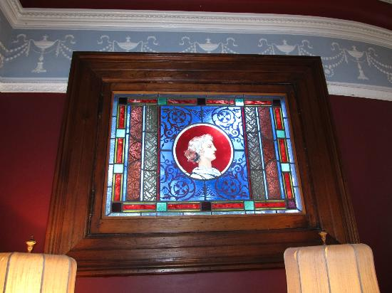 Chateau Tivoli Bed & Breakfast: Original stained glass feature in lobby area