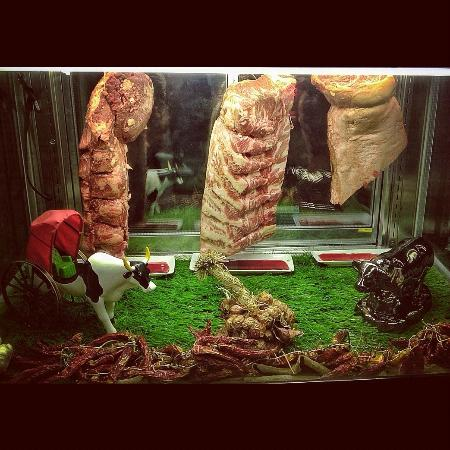 New York Steakhouse : Nice display case for the beef cuts