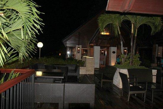 Cowrie Cove at Shangri-La's Mactan Resort & Spa: Outdoor seating.