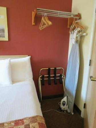 رمادا أنكوريدج داونتاون: Hangers, ironing. 