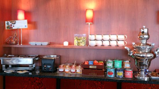 Novotel Amboise: part of breakfast serving area the tea was fantastic