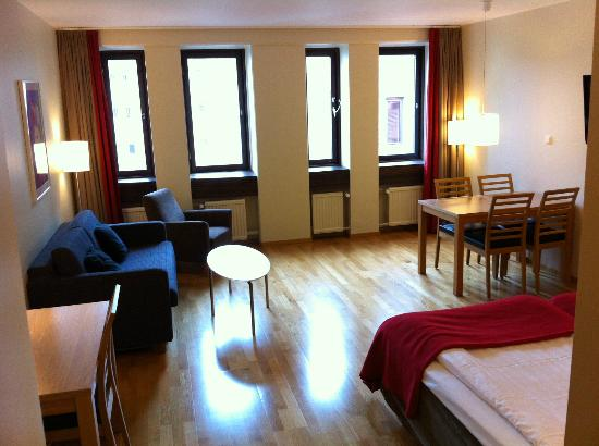 Scandic Malmo City : Room 566, table