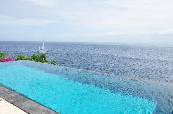 The Point Resort Lembongan: Boats sailing past