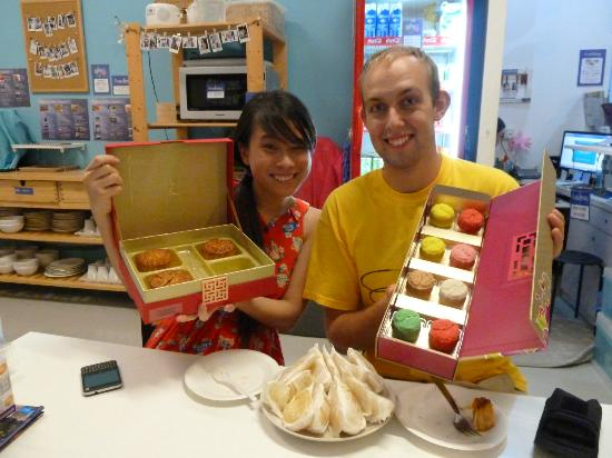 Five Stones Hostel: The hotel staff organised lanterns and mooncakes to celebrate Mid Autumn Festival!