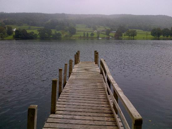 ‪ووتر هيد هوتل: Pontoon onto Coniston Water from hotel grounds