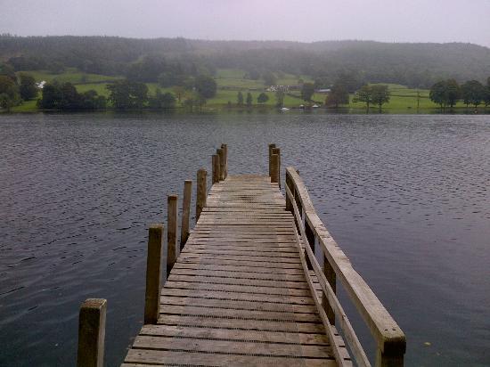 ووتر هيد هوتل: Pontoon onto Coniston Water from hotel grounds 