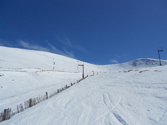Cairn Hotel: Nearby Cairngorm Mountain - skiing in May 2012