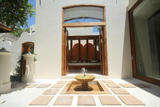 Conrad Maldives Rangali Island: Deluxe Beach Villa Entrance