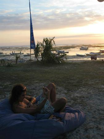 Nusa Lembongan, Indonesia: Enjoying the sunset on the bean bags