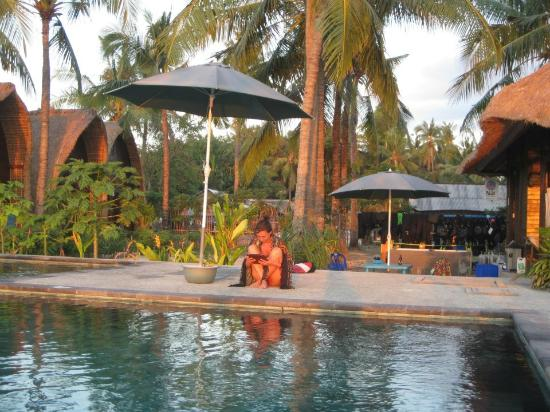 Nusa Lembongan, Indonesien: Reading by the pool at sunset