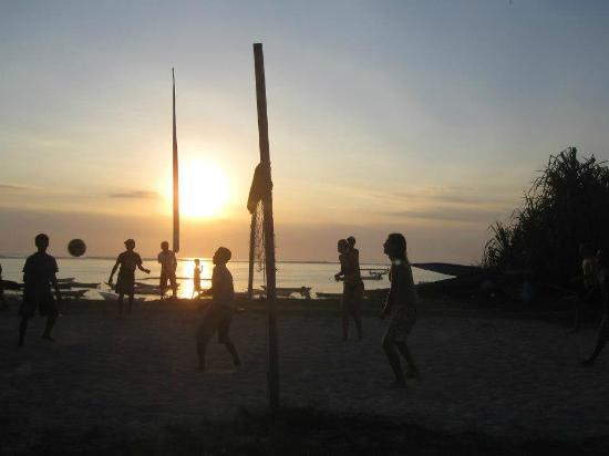 Nusa Lembongan, Indonesien: Beach volley ball at sunset
