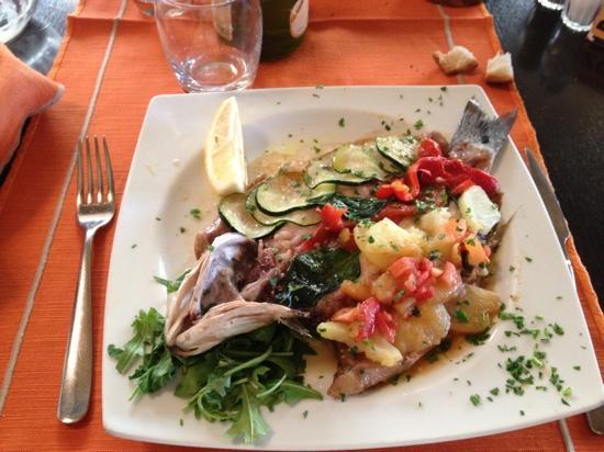 Треццано-суль-Навильо, Италия: branzino alla siciliana