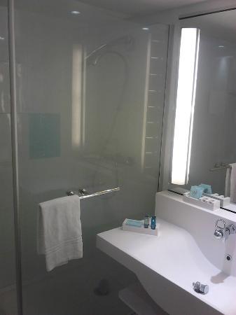 Novotel Toulouse Purpan Aéroport : Clean modern bathroom