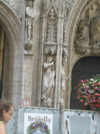 Town Hall (Hotel de Ville): Arch details