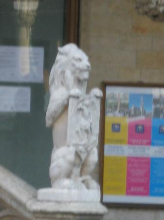 Town Hall (Hôtel de Ville): Another lion