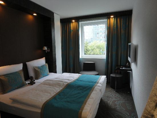 zimmer picture of motel one hamburg alster hamburg tripadvisor. Black Bedroom Furniture Sets. Home Design Ideas