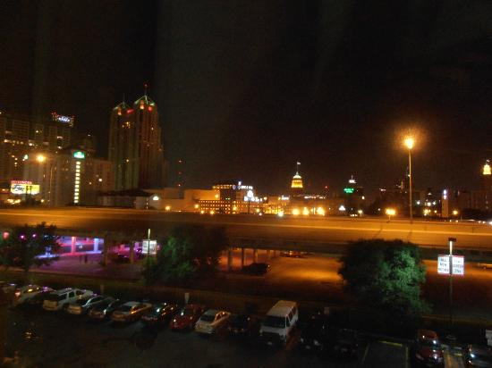 Red Roof PLUS+ San Antonio Downtown - Riverwalk: Vieuw from hotelroom.....