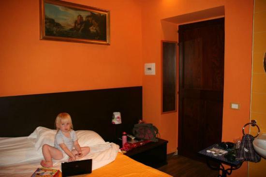 Colors Hotel: Оранжевый номер