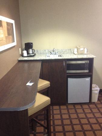 Microtel Inn and Suites by Wyndham Austin Airport: Mini-fridge sitting area.