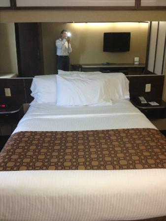 ‪‪Microtel Inn & Suites by Wyndham Austin Airport‬: Bed in suite