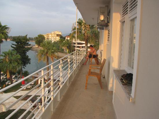 Arsuz Hotel: The very looong balcony at our room