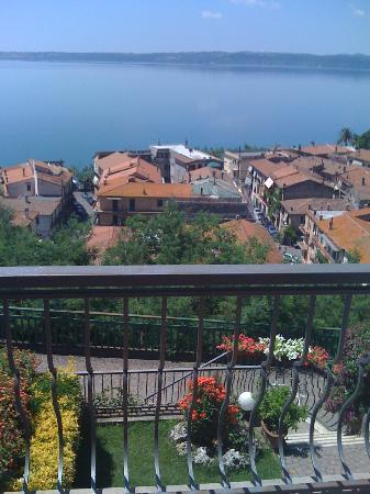 Trevignano Romano : il panorama sui tetti del paese che tendono ad un suggestivo e malinconico rosso