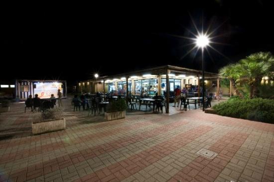 Albinia, Italien: ristorante di sera