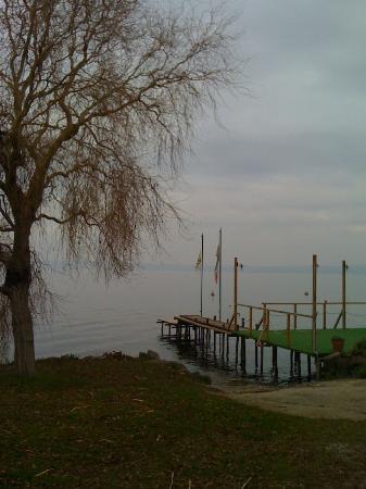 Trevignano Romano : un pontile sull'acqua che col caldo si trasforma in piattaforma per gli amanti dei tuffi