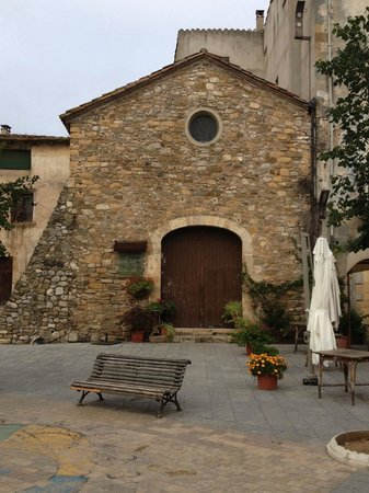 Besalu, Spania: Restaurant is in a restored 11th century chapel