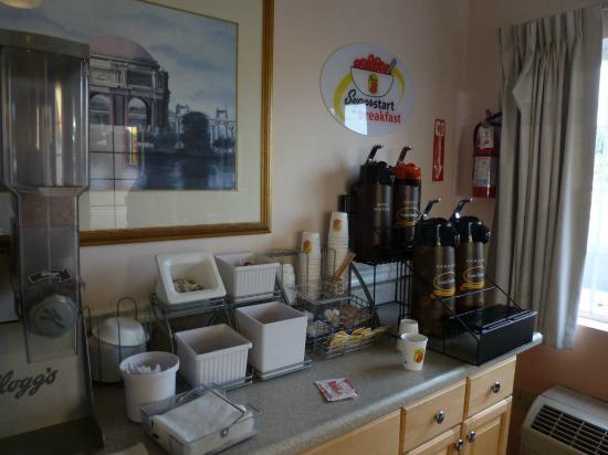 Super 8 Hayward Downtown: Desayuno en recepción