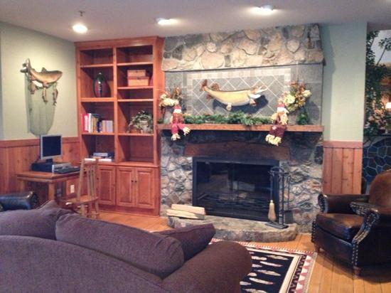 Big Sandy Lodge & Resort: Fireplace in breakfast area
