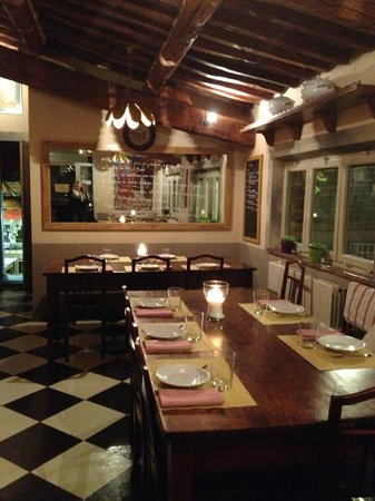 Osteria della Lodola: The quaint dining area - it's like being in your mom's kitchen!