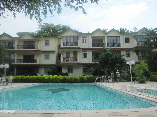 Kamat Holiday Homes: POOL SIDE