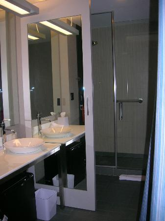 Aloft Lexington: Regular room - Bath with Shower