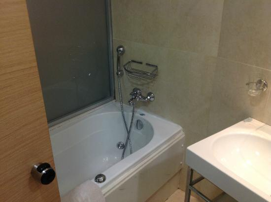 Doreta Beach Hotel: Bath Tub