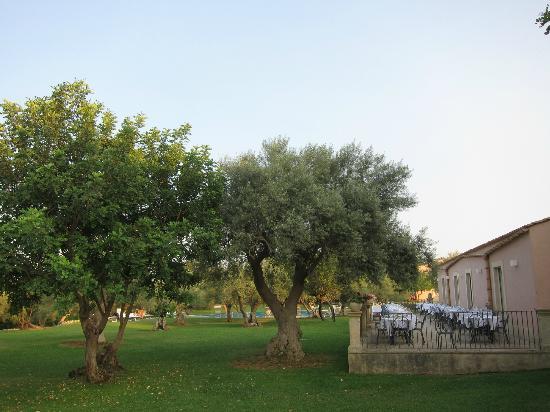 Masseria degli Ulivi: veduta giardini e ristorante