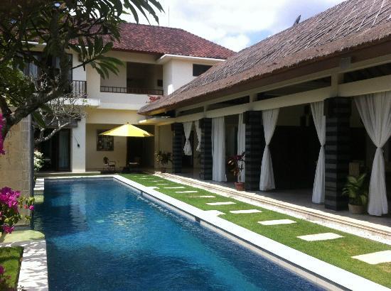 The Cemara Umalas : piscine salon