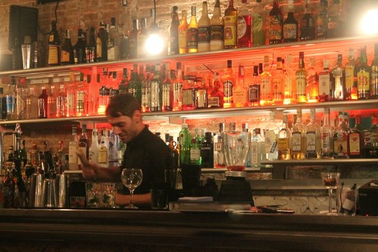 Cuatro Bar Barcelona : Well stocked bar!!