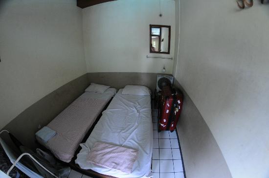 Delta Home Stay: 室内はこんな感じで2人でも泊まれますが狭いです。